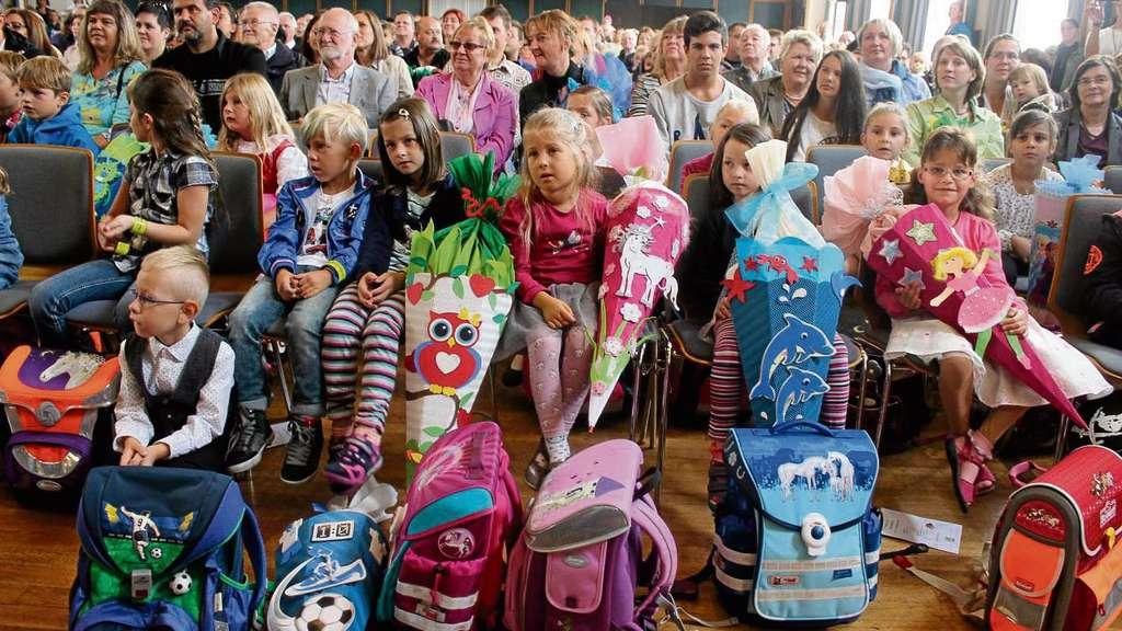 Erwartungsvoll waren gestern in der Stadthalle nicht nur die ABC-Schützen der Schule im Kirchgarten, sondern auch alle Lehrer, Eltern, Omas und Opas.© Hiss